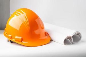 Casque de chantier orange isolé sur fond blanc photo