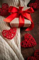 coffret cadeau avec ruban rouge et coeurs. photo