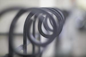 clôture de forme incurvée artistique dans une faible profondeur de champ. photo