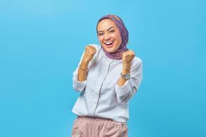 jeune femme asiatique étonnée avec une expression réussie photo