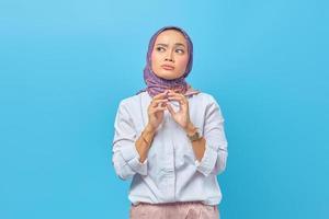 femme asiatique pensant à quelque chose avec une expression agitée photo