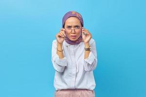 belle femme asiatique choquée portant des lunettes photo