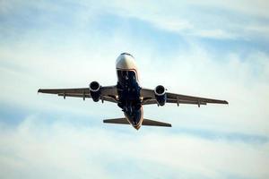 un avion commercial décollant photo