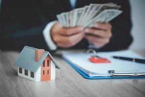 les investisseurs ont signé un contrat, achetant et vendant des biens immobiliers. photo