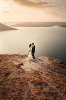 couple marié embrassant sur une montagne photo