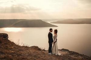 couple marié se tenant la main sur une montagne photo