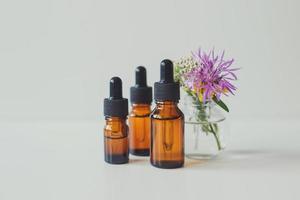 bouteilles en verre brun avec sérum, huile essentielle, produit cosmétique photo