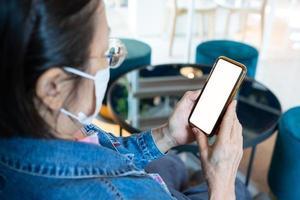 femme mûre utilisant une maquette de téléphone photo