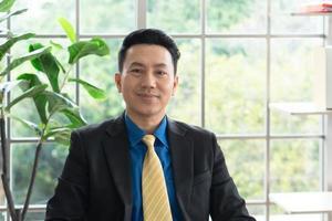 portrait d'un homme d'affaires travaillant au bureau photo