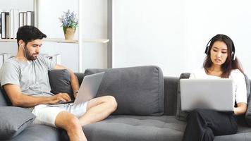 couple travaillant à domicile ensemble photo