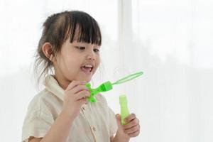 petite fille soufflant des bulles photo