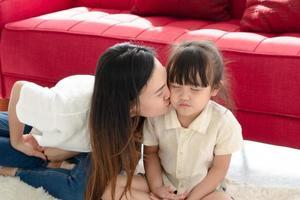 mère embrassant sa fille photo