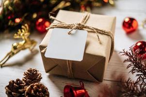 coffret cadeau avec un petit cadeau sur un fond en bois blanc photo