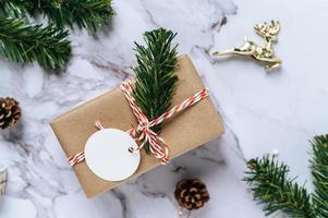coffrets cadeaux avec de petits cadeaux sur ciment blanc photo