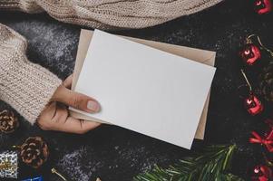 mains tenant une carte ou une lettre ouverte photo