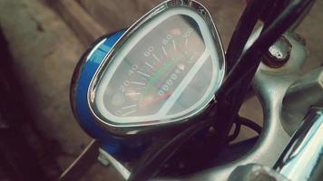 Compteur de vitesse rétro d'une moto de couleur bleue photo