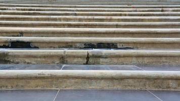escalier en béton légèrement mouillé par la pluie photo