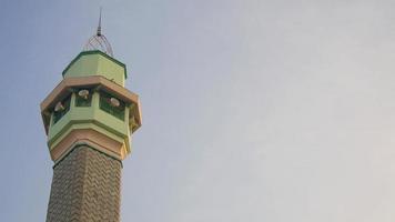 photo de la tour de la mosquée avec un fond de ciel. pour la conception de cartes de voeux