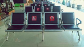 chaises d'attente qui reçoivent des autocollants distanciation sociale photo