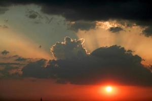 drame céleste au coucher du soleil photo