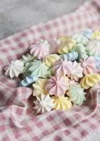 gros plan délicieux biscuits à la meringue couleurs pastel photo