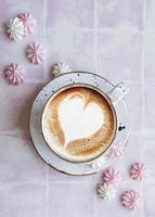 tasse avec café et petites meringues photo