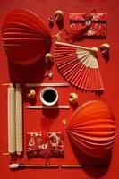 mise à plat d'éventails japonais et d'objets chinois décoratifs sur fond rouge photo