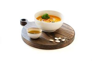 assiette de soupe de potiron et huile d'olive photo