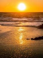 scène naturelle de vague qui coule sur la plage de Baker. photo