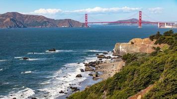 paysage du pont du Golden Gate sur l'horizon de la mer depuis la plage de Baker. photo