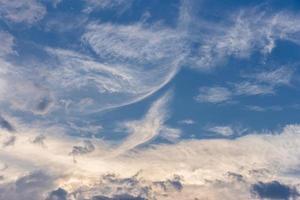 scène naturelle abstraite de nuages flottants sur le ciel bleu. photo