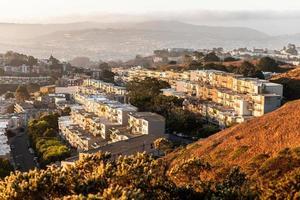 vieux bâtiments sur la pente de la colline des pics jumeaux au lever du soleil. photo