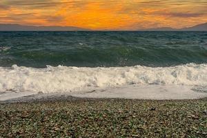 paysage marin avec un beau coucher de soleil rose. photo
