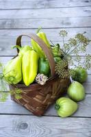 légumes dans le panier. un panier en osier avec poivrons, tomates photo