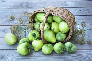 panier en osier avec gros plan de légumes. un panier avec des tomates photo