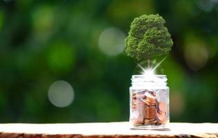 pièces de monnaie sur fond de table et économiser de l'argent photo