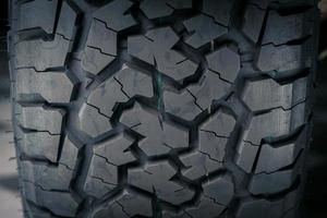 gros plan sur les motifs et les textures des pneus tout-terrain. photo