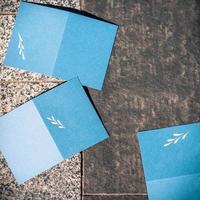 cartes de voeux d'invitation bleue vierge sur texture grise pour remplacer votre design, format carré photo