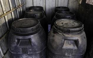 barils de pétrole à un point propre photo