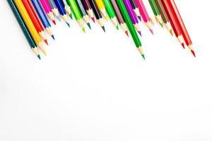 Crayons de couleur sur fond blanc se bouchent photo
