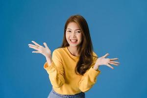 jeune femme sentant le bonheur joyeuse surprise funky sur fond bleu. photo
