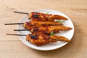 brochette d'ailes de poulet grillées photo