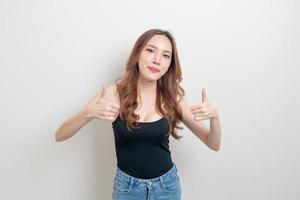 portrait belle femme avec hand show ok ou d'accord signe de la main photo