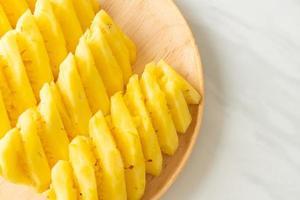 ananas frais tranché sur plaque photo
