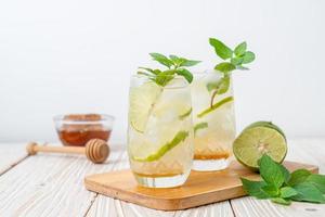 miel glacé et soda citron vert à la menthe photo