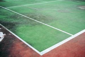 ancien de court de tennis vert, coin de court et sale de court de tennis. photo