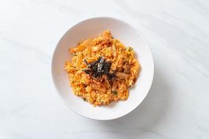 riz frit kimchi aux algues et sésame blanc photo