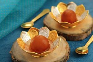 aliments sucrés indiens gulab jamun dans un bol traditionnel en métal photo