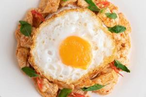 pâte de chili sautée avec du poulet et des œufs au plat de riz photo