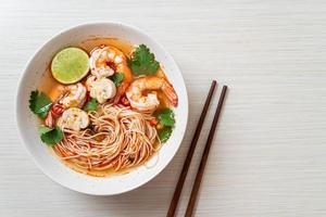 nouilles avec soupe épicée et crevettes photo